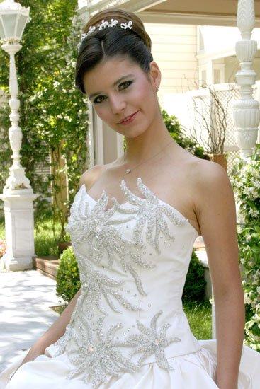 Beren Saat in wedding dress