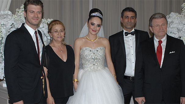 Kıvanç Tatlıtuğ with his mother, brother, brother's wife and father