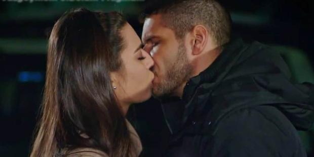 Amine Gülşe kissing with Tolgahan Sayışman