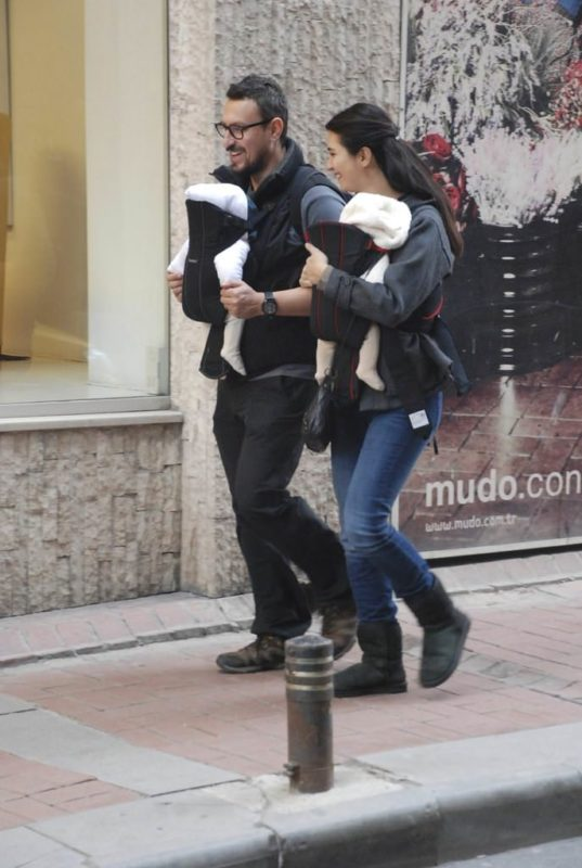 Tuba Büyüküstün and her husband Onur Saylak carrying their twin girls