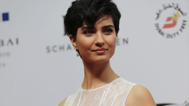 Tuba Büyüküstün with short hair