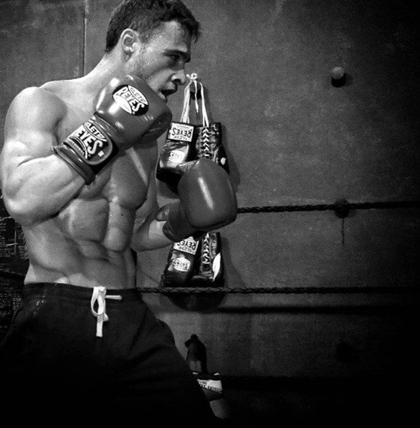 Kerem Bursin as a boxer in Bu Şehir Arkandan Gelecek- This City Will Follow You