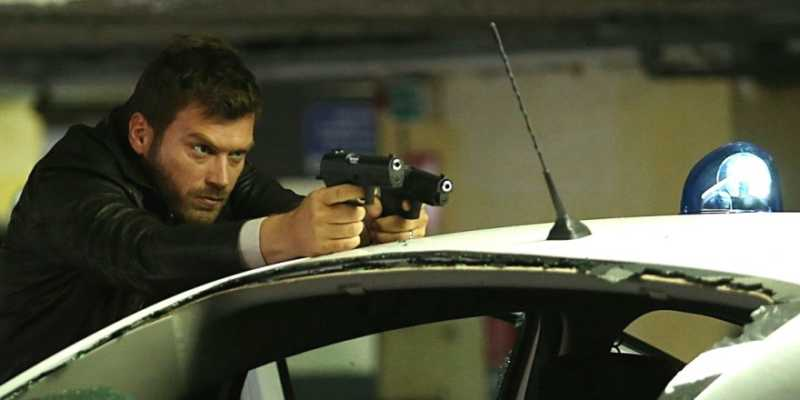 Kıvanç Tatlıtuğ as police officer Kadir Adalı in Crash Çarğışma Tv Series
