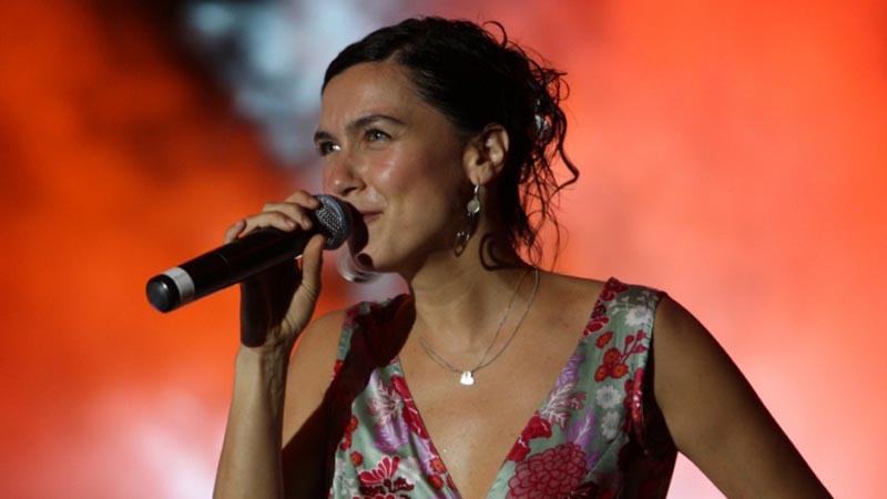 Şevval Sam is on a concert.