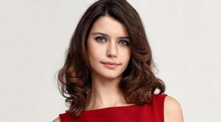 Beren Saat's first debut was in an acting competition names Türkiyenin Yıldızları - Starts of Turkey.