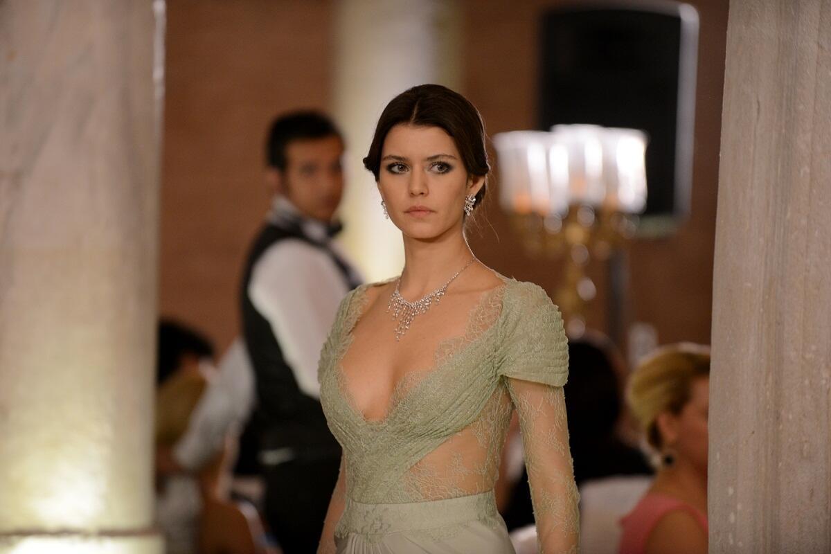 Beren Saat is acting in one of the best Turkish dramas on Netflix- Atiye (The Gift). (Image Credit-CNN Turk)
