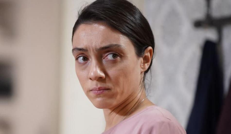 Gülben (Merve Dizdar) is dependent on her older sister as another cleaning freak