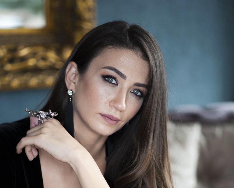 """Elegant Actress of the Phenomenon Turkish Drama """"Grand Family"""": Ceren Benderlioğlu"""