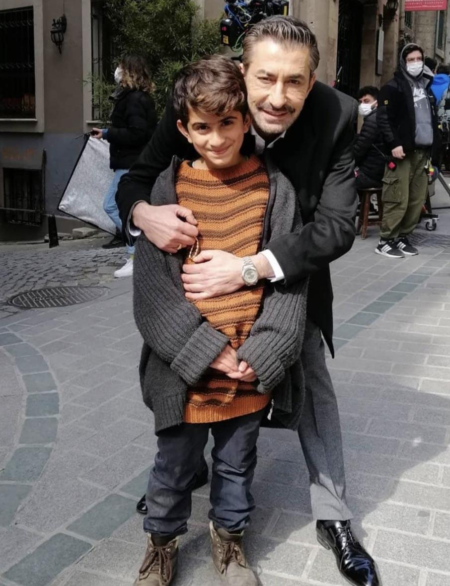 Erkan Petekkaya and the kid who plays his childhood in the drama