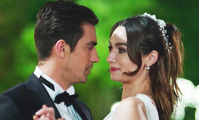 İbrahim Çelikkol and Birce Akalay in Siyah Beyaz Aşk (Black Money Love)
