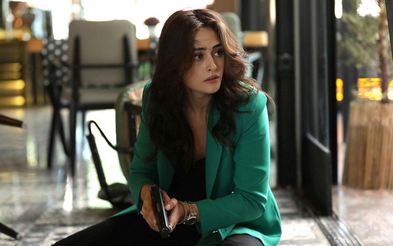 The 29-year-old actress Esra Bilgiç is 1.77 meters tall and 50 kilograms
