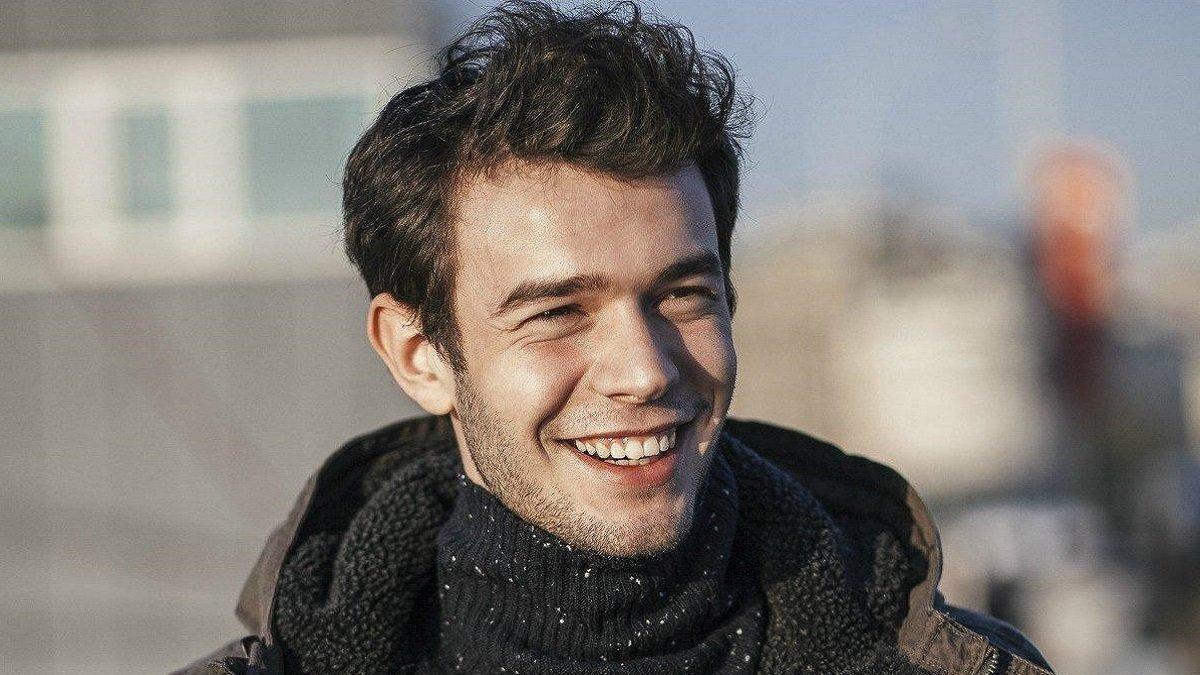 The Turkish actor Aytaç Şaşmaz is 1.80 meters tall and weighs 77 kilograms
