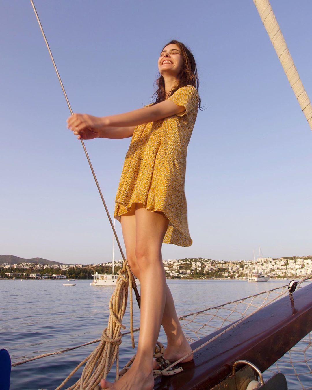 The 30-year-old Turkish actress Tulin Ece Yazkan is 1.62 meters tall and 45 kilograms